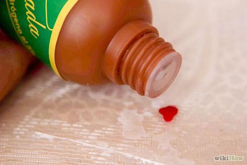 Tẩy sạch vết máu bằng nước Ôxy già